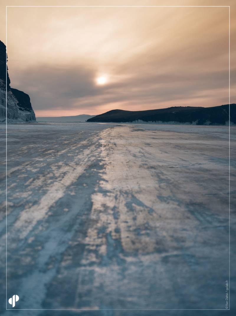 Le soleil se couche sur le lac Baïkal ©️ Ilan Dehé