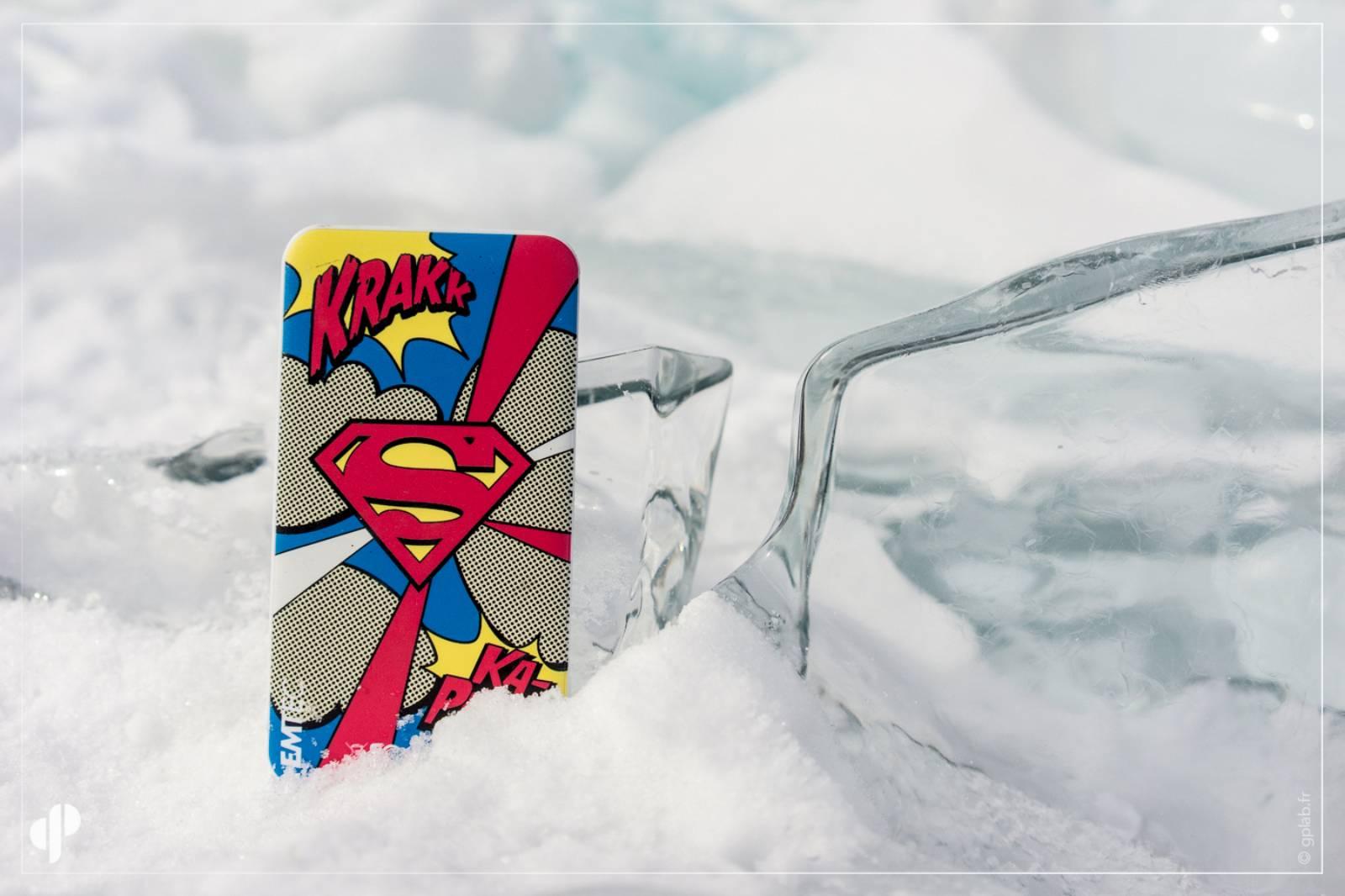 batterie externe emtec sur la glace du lac baikal