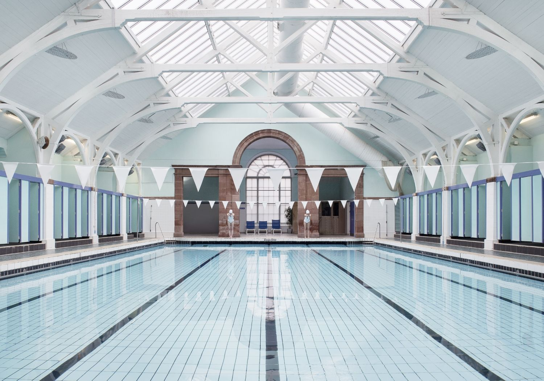 Poolside, des piscines d'exceptions photographiées par Soo Burnell